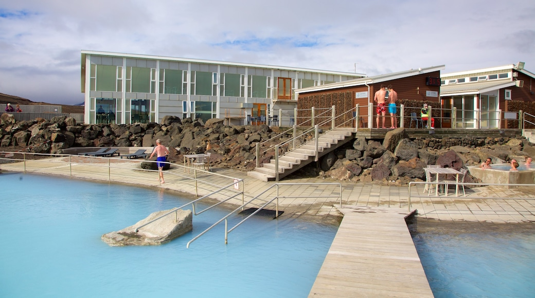 米湖自然浴場 其中包括 溫泉 和 豪華酒店或度假村 以及 一小群人