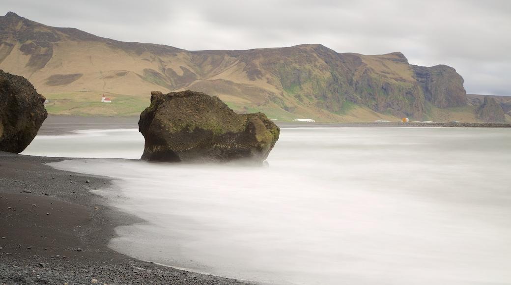 Svarta stranden som visar dimma