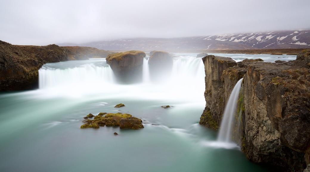 Godafoss, Laugar, Island som omfatter en kaskade og tåge eller dis