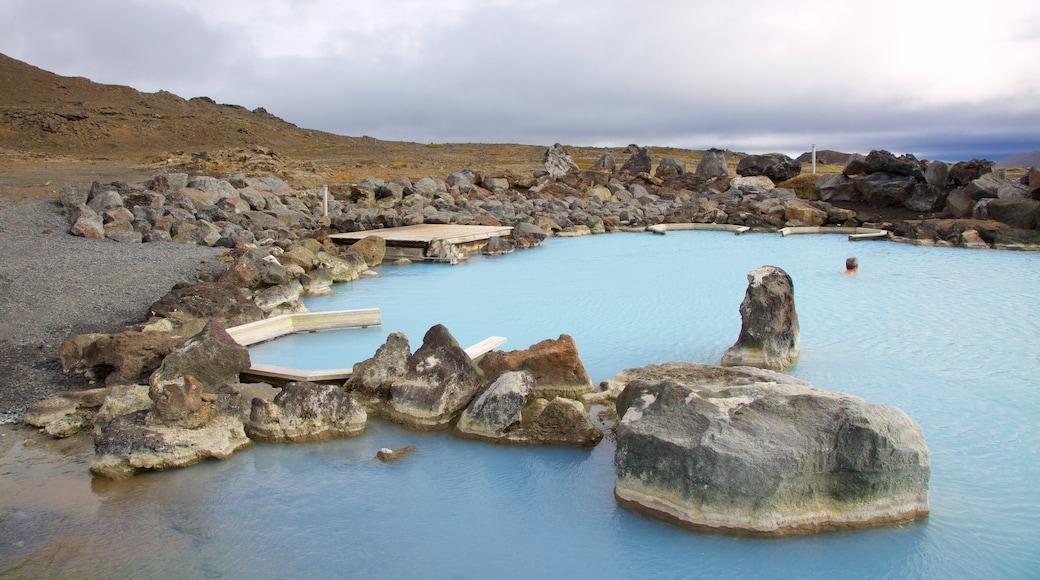 米湖自然浴場 设有 崎嶇的海岸線 和 溫泉
