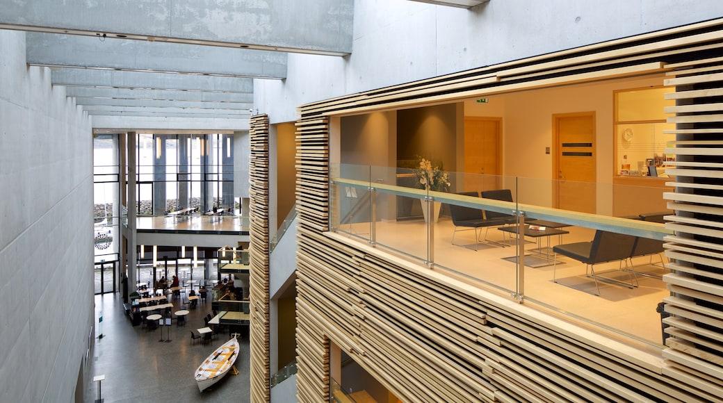 Akureyri som viser interiør og moderne arkitektur