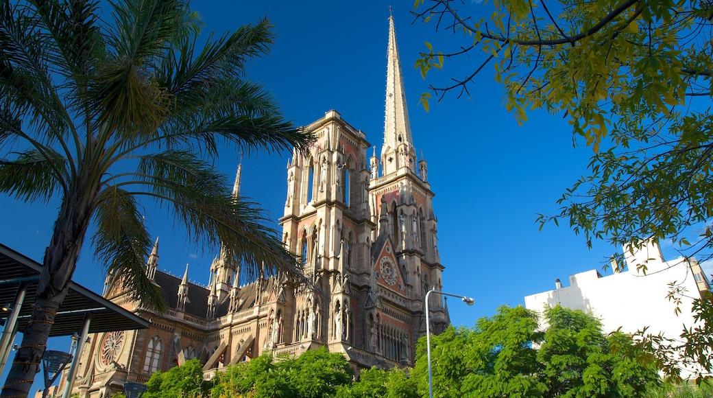 Chiesa del Sacro Cuore che include elementi religiosi, chiesa o cattedrale e architettura d\'epoca