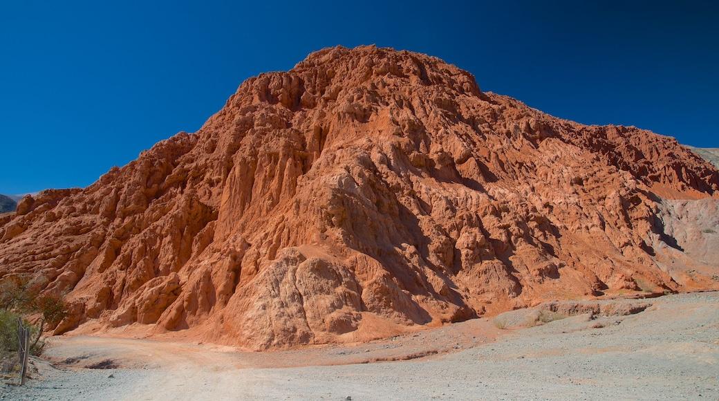 Purmamarca ofreciendo montañas y vistas al desierto