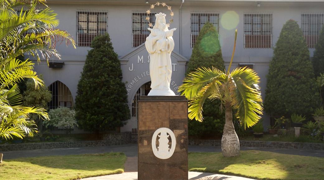 카르멜리테 수도원 을 보여주는 정원 과 동상 또는 조각상