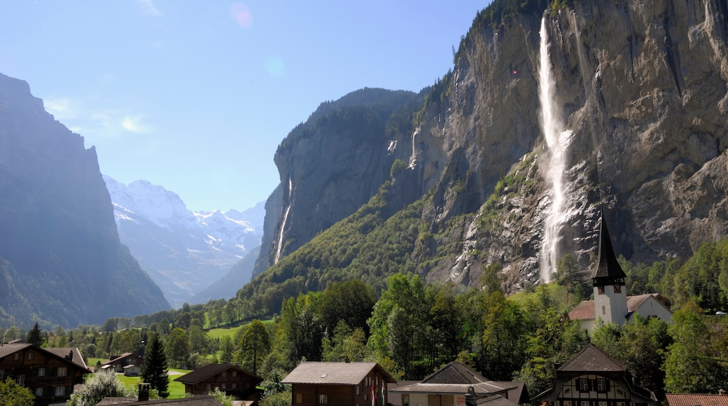 Lauterbrunnen showing a small town or village, a gorge or canyon and a cascade