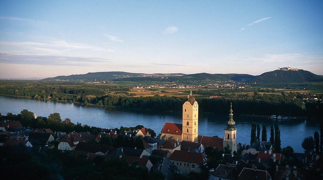 Krems an der Donau inclusief landschappen, een rivier of beek en een zonsondergang