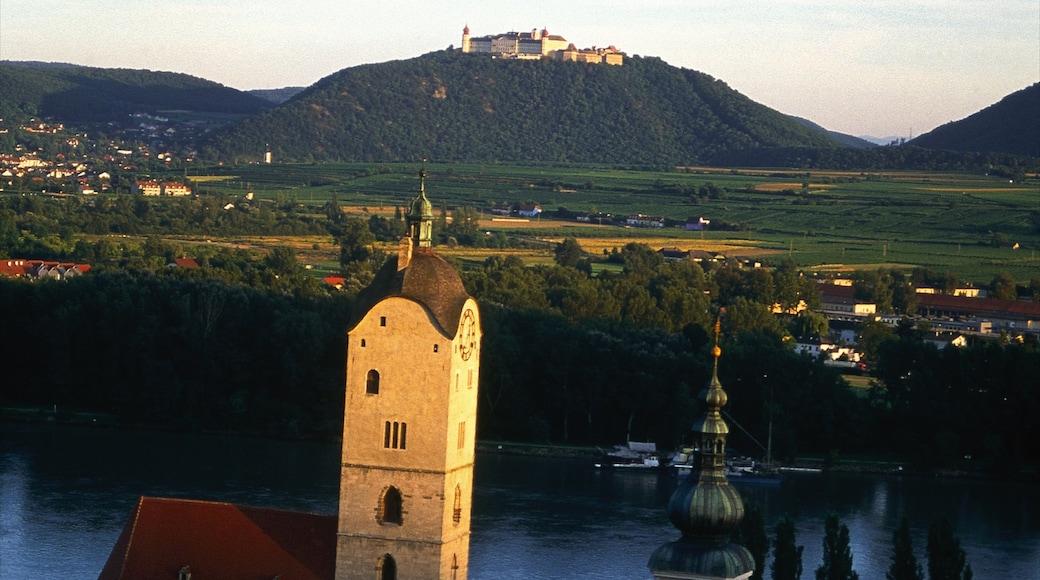 Krems an der Donau toont historische architectuur, een zonsondergang en landschappen