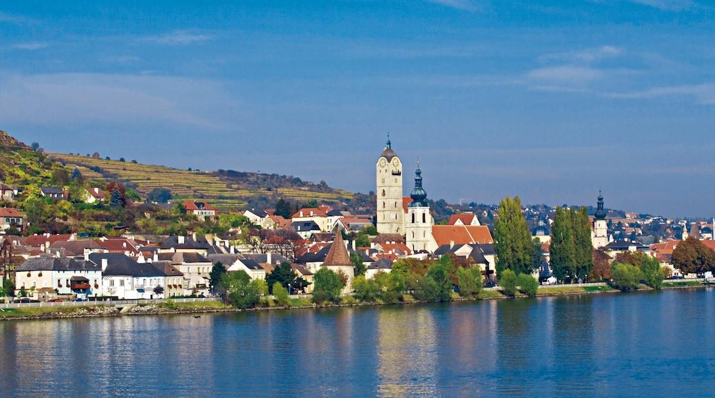 Krems an der Donau bevat een klein stadje of dorpje en een rivier of beek