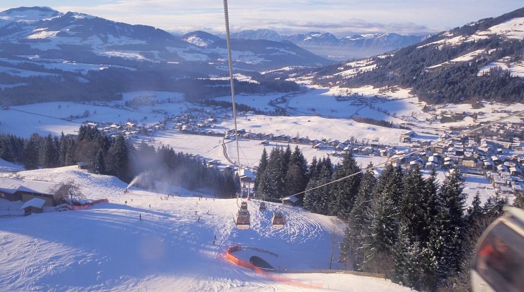 Westendorf mit einem Schnee, Berge und Gondel