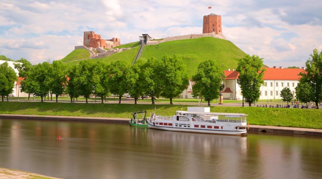 Gediminasin torni joka esittää linna tai palatsi ja joki tai puro