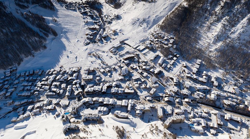 Val-d\'Isère montrant petite ville ou village et neige