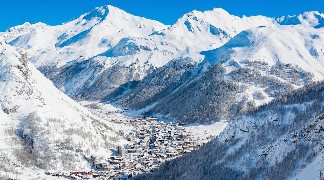Val-d\'Isère mettant en vedette neige, petite ville ou village et gorge ou canyon