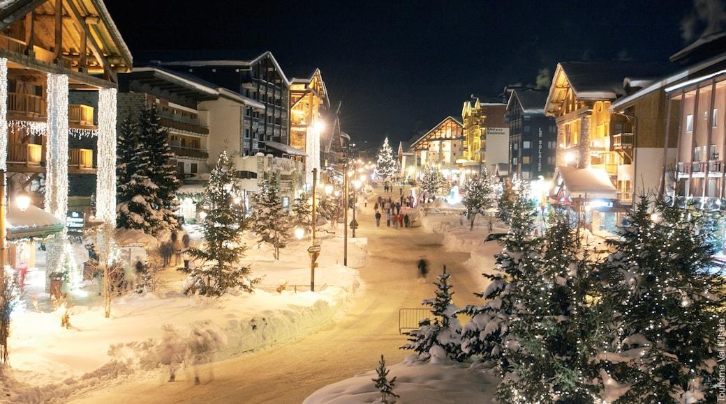 Val-d\'Isère montrant scènes de rue et scènes de nuit