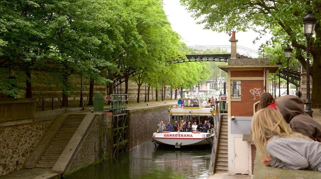 Canal Saint-Martin mostrando um rio ou córrego e uma balsa