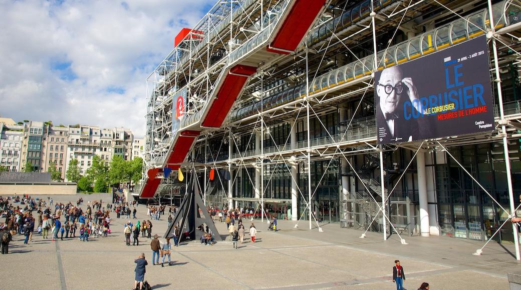 瑪黑區-龐比度-巴黎聖母院 设有 現代建築 和 廣場 以及 一大群人