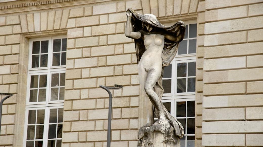 Place de la Victoire qui includes statue ou sculpture