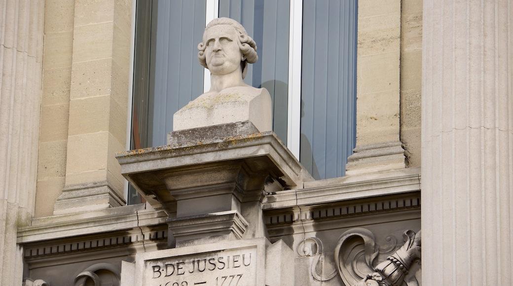Place de la Victoire montrant statue ou sculpture et mémorial