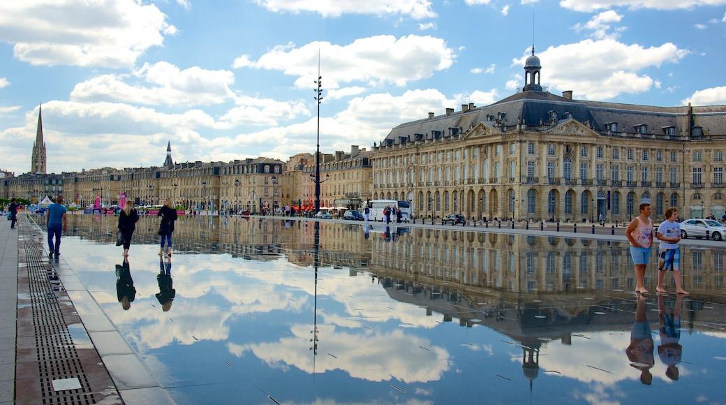 Bordeaux joka esittää vanha arkkitehtuuri, tori ja hotelli