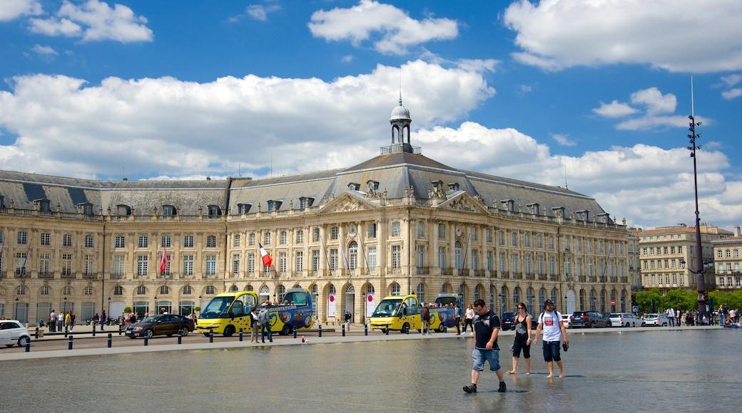 Bordeaux johon kuuluu hotelli, vanha arkkitehtuuri ja tori
