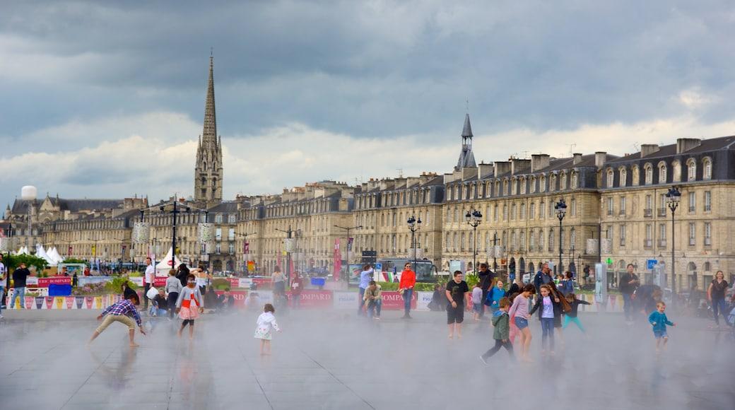 Bordeaux joka esittää tori, hotelli ja vanha arkkitehtuuri