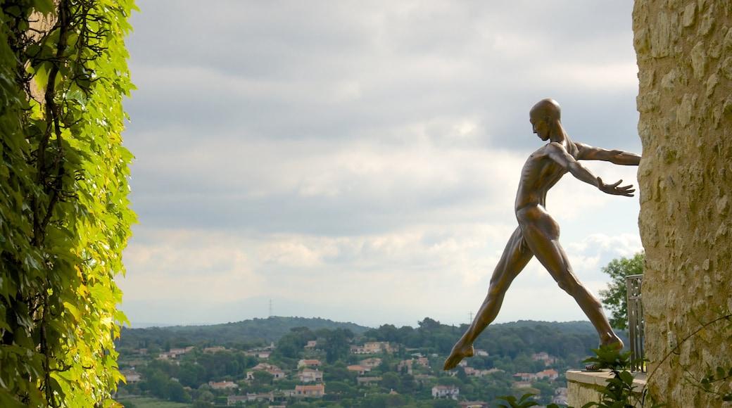 Mougins mit einem Statue oder Skulptur