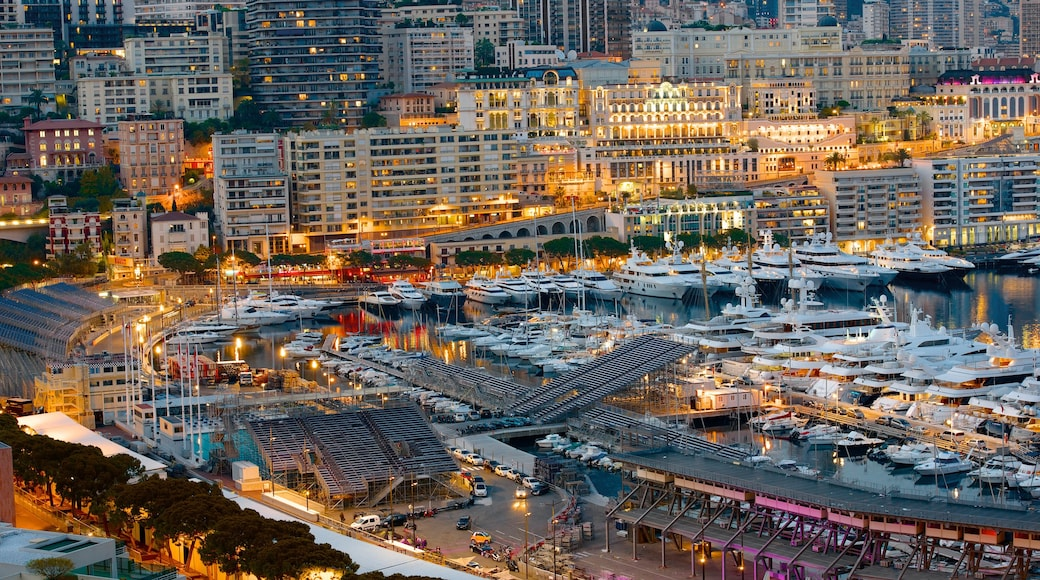 Monaco qui includes marina et ville côtière