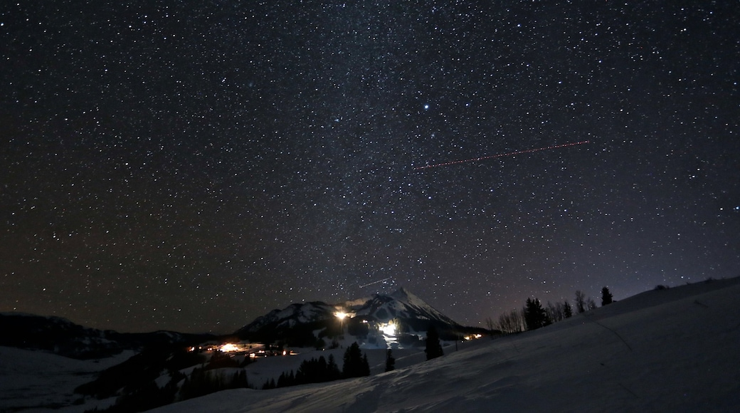 Crested Butte Mountain Resort showing snow and night scenes