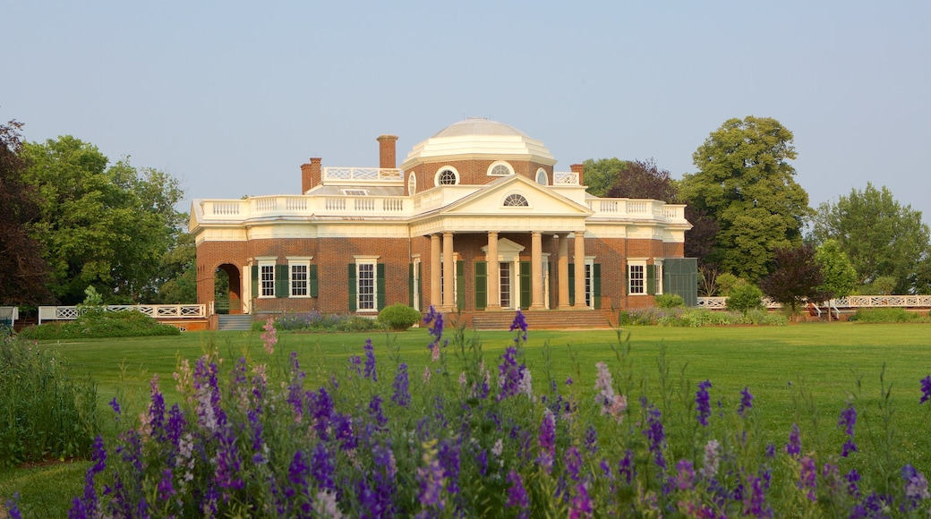 Monticello showing flowers, heritage architecture and a memorial