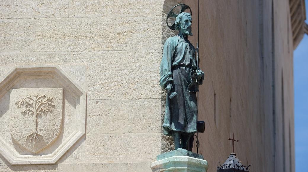 自由廣場 设有 教堂或大教堂, 宗教方面 和 雕像或雕塑