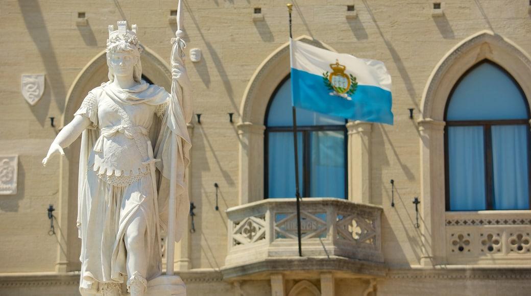 自由廣場 其中包括 行政大樓 和 雕像或雕塑