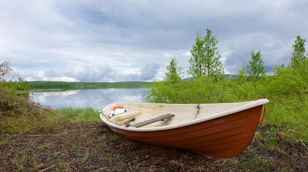 Äkäslompolo joka esittää rauhalliset maisemat, joki tai puro ja kajakkimelonta tai melonta