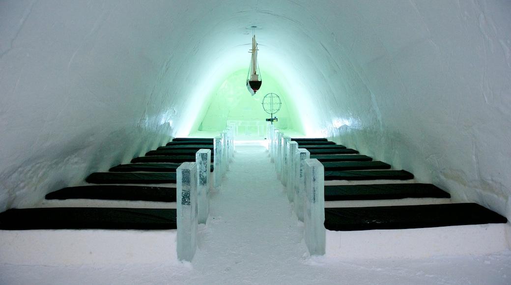 Kemin lumilinna johon kuuluu kirkko tai katedraali, sisäkuvat ja lunta
