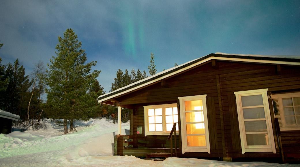 Karesuando som inkluderar ett hus, snö och norrsken