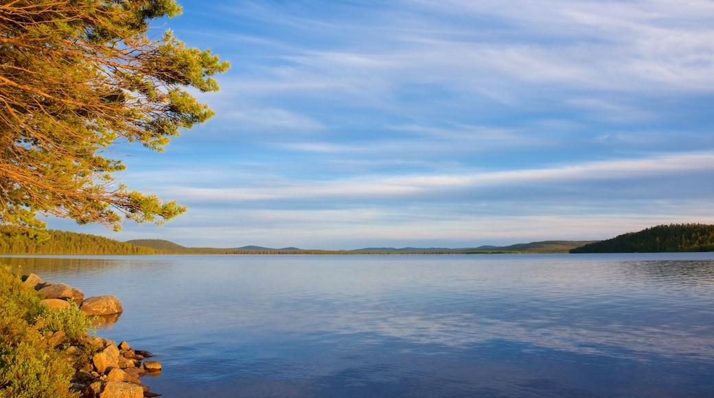 Inari joka esittää järvi tai vesikuoppa ja maisemat