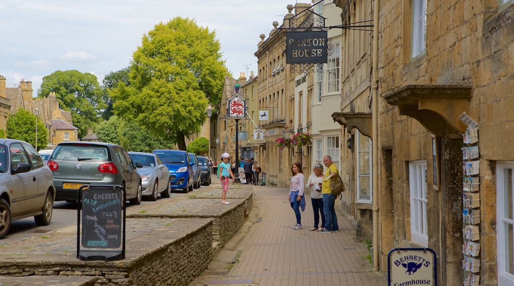 Chipping Campden featuring a small town or village, signage and street scenes