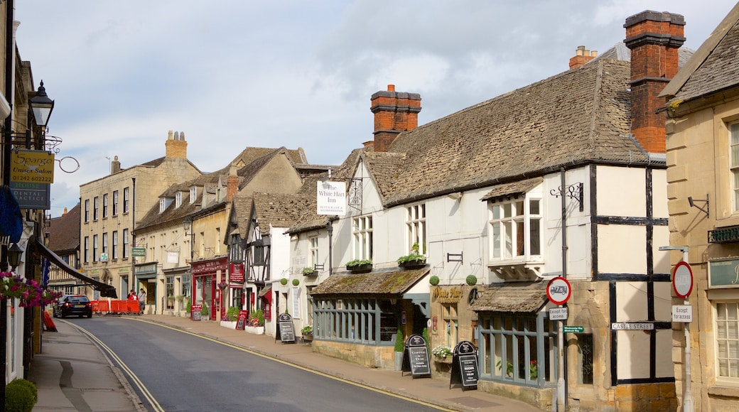 Winchcombe showing a small town or village, street scenes and heritage elements