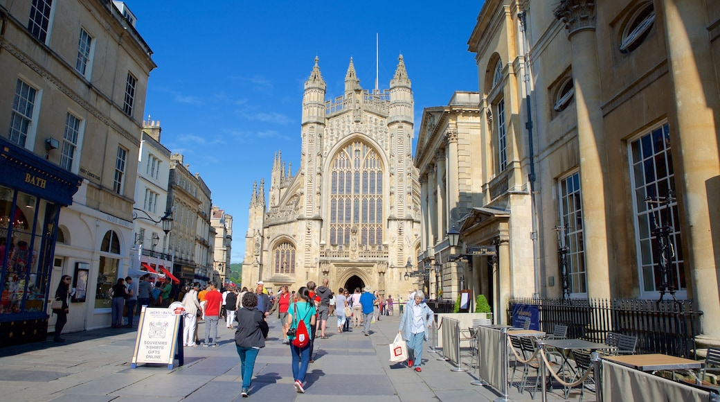 Bath Abbey showing street scenes, a city and heritage architecture