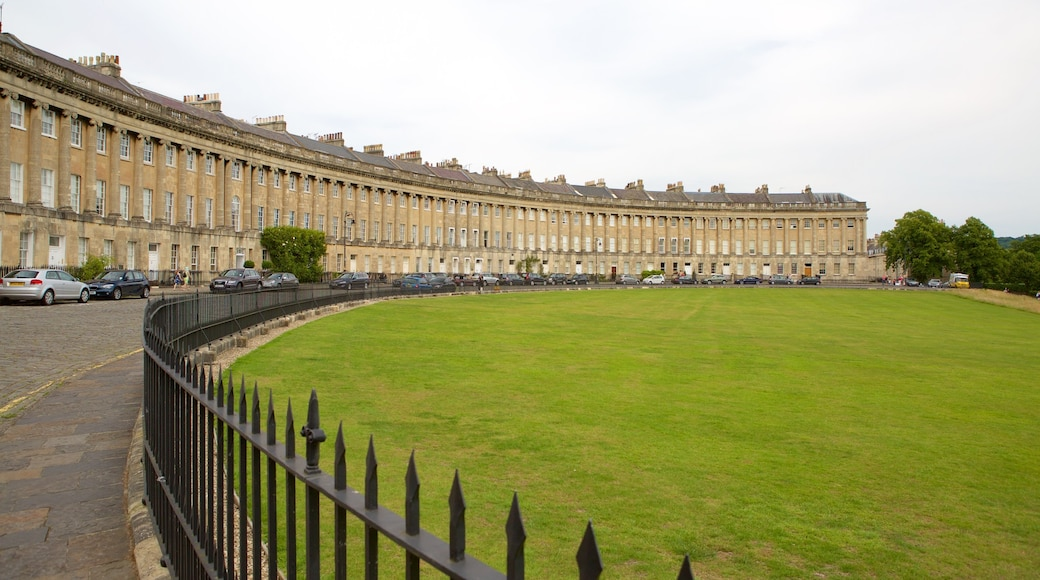 Royal Crescent which includes heritage architecture, heritage elements and château or palace