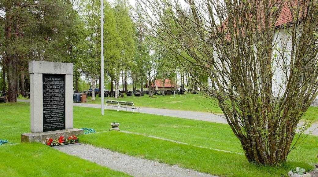 Kuusamon kirkko featuring muistomerkki ja puisto