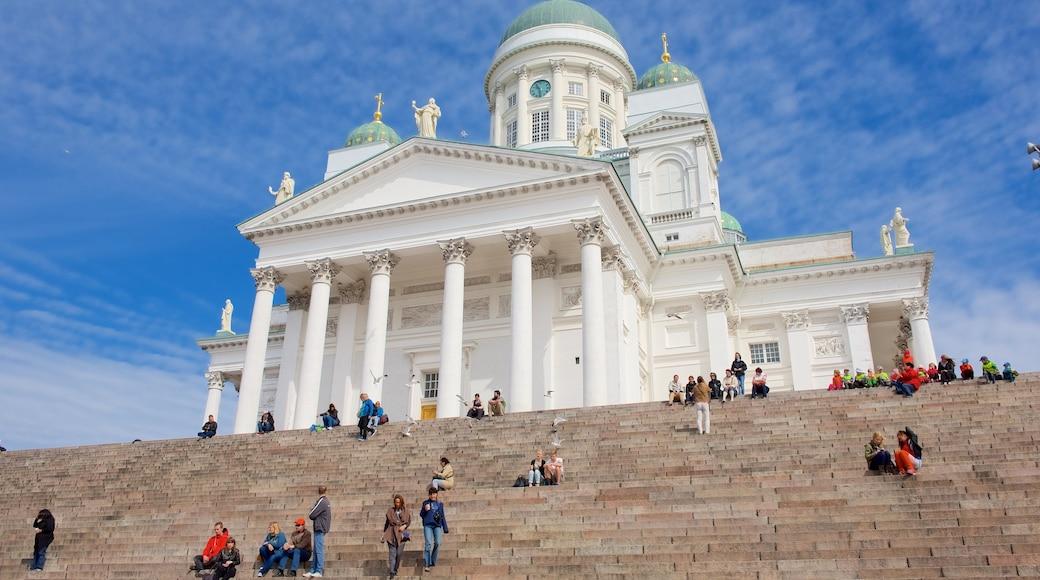 Dom von Helsinki das einen Kirche oder Kathedrale und historische Architektur sowie große Menschengruppe
