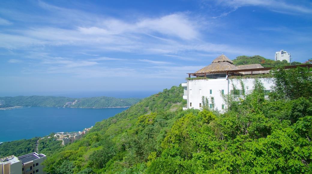 Acapulco ofreciendo montañas, una casa y vistas generales de la costa