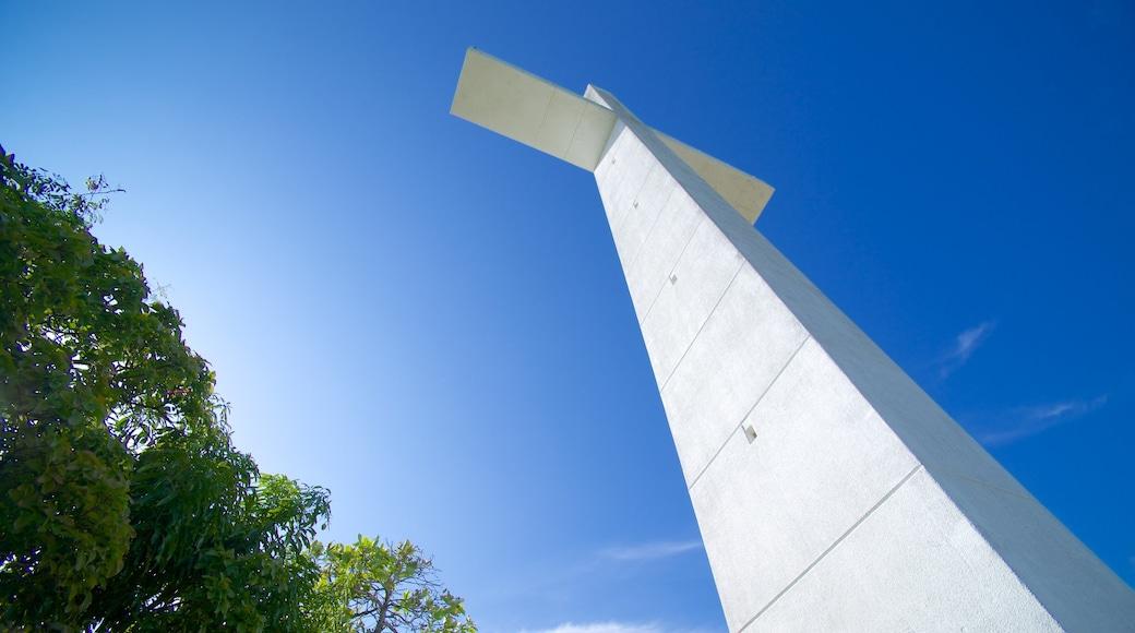 Capilla de la Paz que incluye elementos religiosos y un monumento