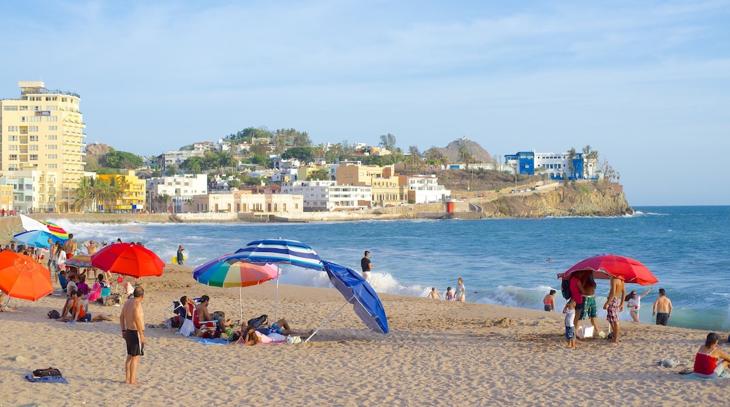 Mazatlán ofreciendo una ciudad costera y una playa y también un gran grupo de personas