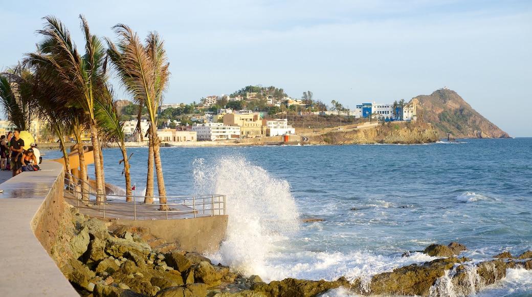 Mazatlán que incluye vistas, costa rocosa y una ciudad costera