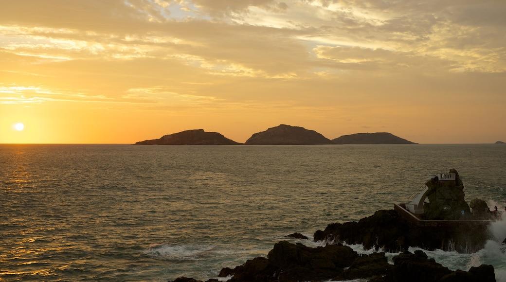 Playa Olas Altas ofreciendo vistas de paisajes, vistas de una isla y una puesta de sol