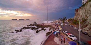 Playa Olas Altas ofreciendo costa escarpada, una puesta de sol y escenas urbanas