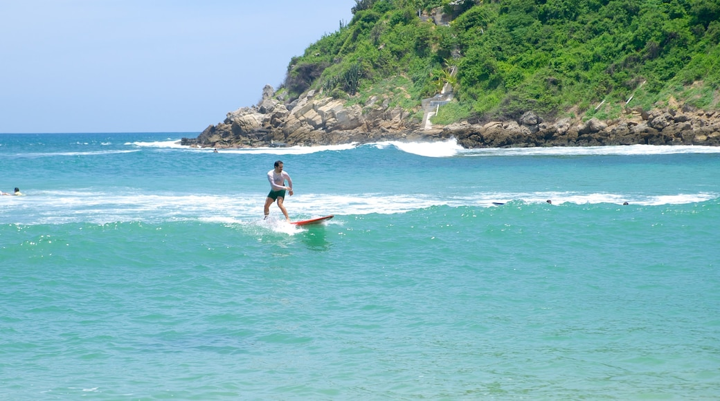 Playa de Carrizalillo ofreciendo surf, olas y costa rocosa