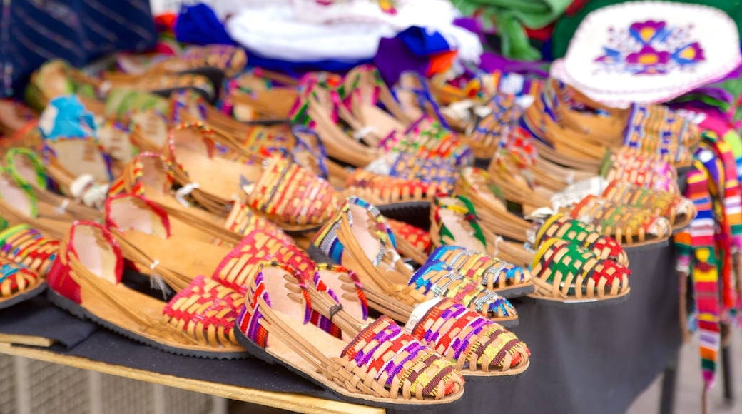 Puerto Escondido which includes fashion and markets
