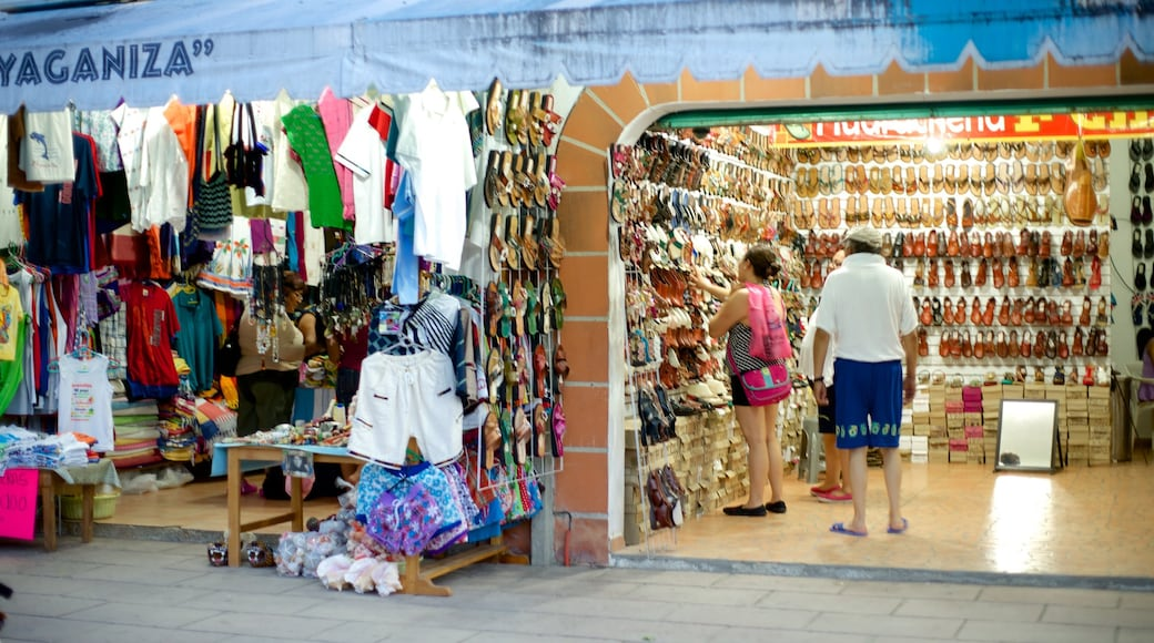 Puerto Escondido featuring fashion, shopping and markets