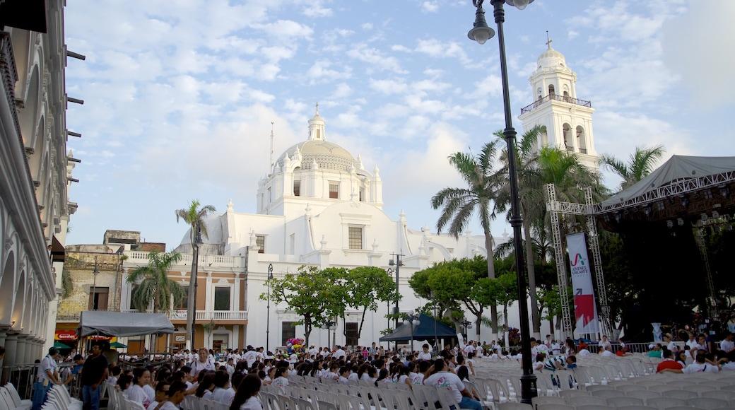 Catedral de Veracruz que incluye arte escénica, un parque o plaza y una iglesia o catedral